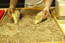 aufbringen-der-kornermischung-auf-das-rubli-brot