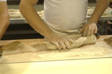 behutsame-drehbewegungen-beim-formen-des-paillasse-brotes