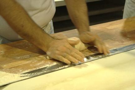 gefuhlvolle-handarbeit-beim-formen-des-rubli-brotes